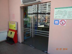 Стеклянная дверь - фото